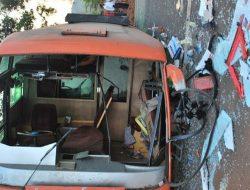 Bus Pariwisata Terperosok di Wado Sumedang